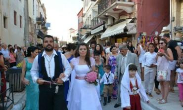 Ο γαμπρός σε άσπρο άλογο υποδέχτηκε τη νύφη που έφτασε με καΐκι στο λιμάνι των Χανίων !